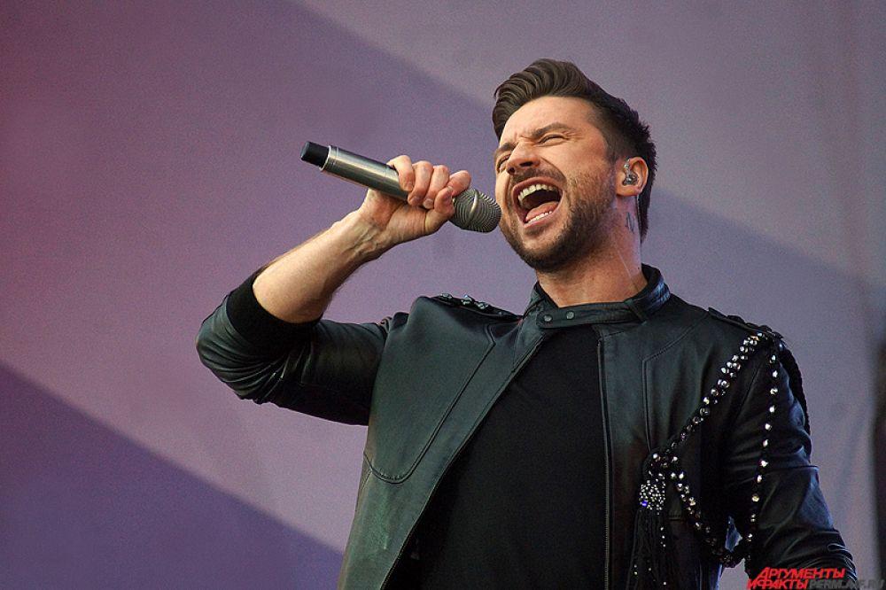 В конце Сергей под бурные возгласы фанатов спел свою песню для «Евровидения».
