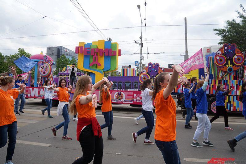 Во время остановок карнавального шествия у каждой машины начинались сценические действия со своими героями и драматургией.