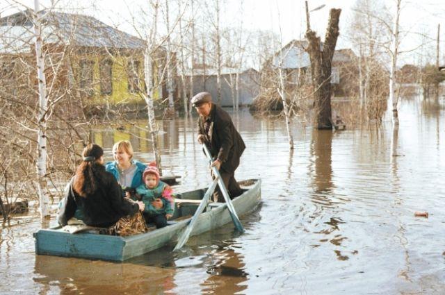 Спасатели укрепляют дамбы и откачивают воду.