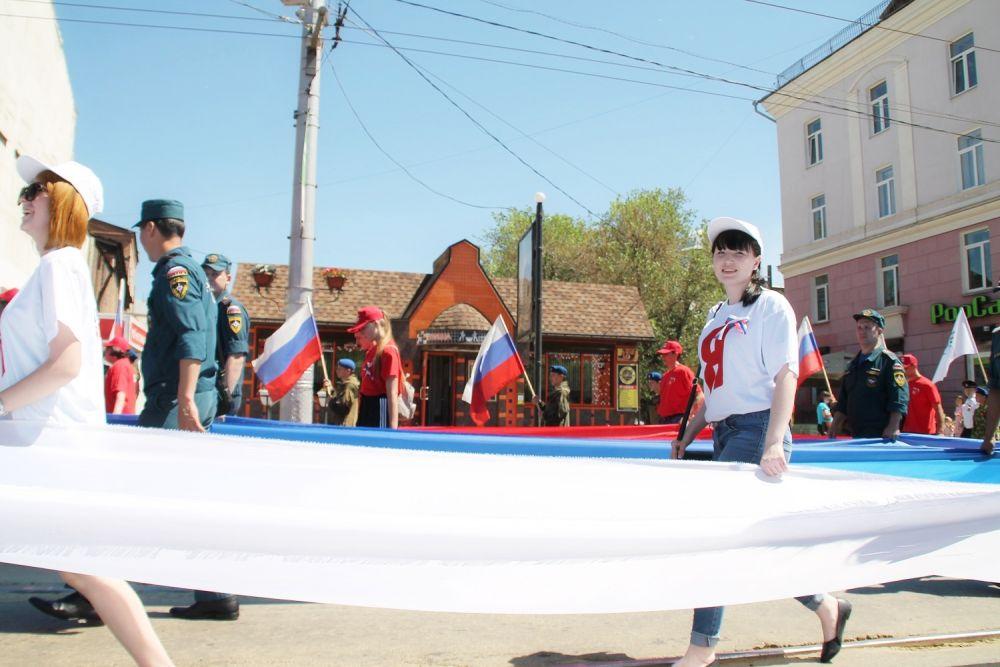 В шествии «Живой флаг» приняли первые лица города и области, национальные центры, ТОСы, патриотические клубы, представители городских предприятий.