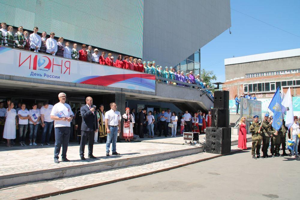 Представители власти области и города поздравили иркутян с Днем России.