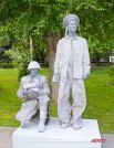 «Живые скульптуры» встречали горожан на Аллее Героев.