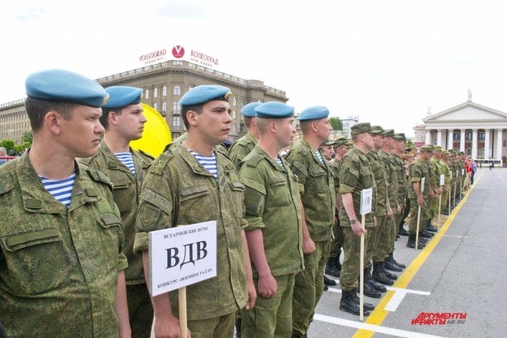 На площади Павших борцов дали старт всероссийскому «Военному ралли» -  гонкам на арамейских автомобилях, которые продлятся 7 дней.