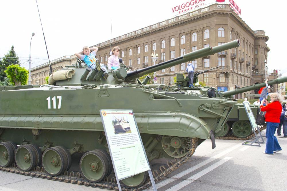 Выставка военной техники была очень популярна у детей.