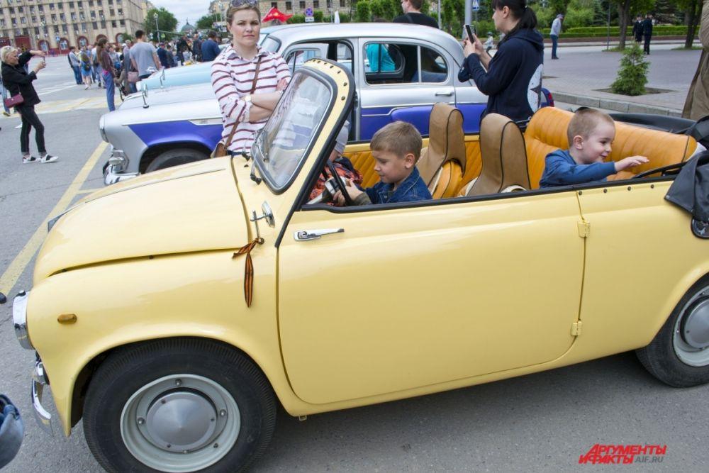 На площади Павших борцов можно было не только посмотреть на ретроавтомобили, но и посидеть за рулем.