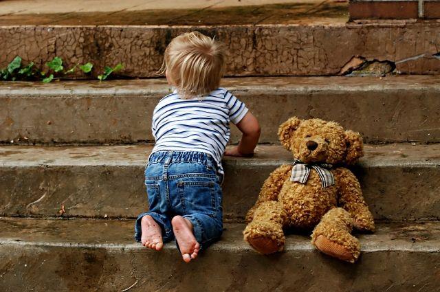В Кузбассе 2-летний малыш отправился на прогулку один.
