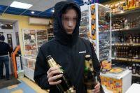 Некоторые магазины продают алкоголь подросткам.