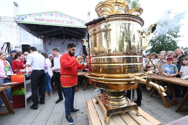 Рекордное чаепитие у двухметрового самовара «Царь-Москва» на празднике русского гостеприимства «СамоварФест» в саду «Эрмитаж».