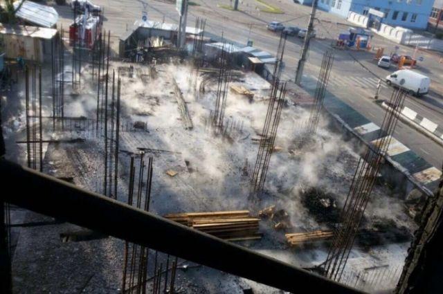 Пожар уничтожил строящееся здание в Иркутске.