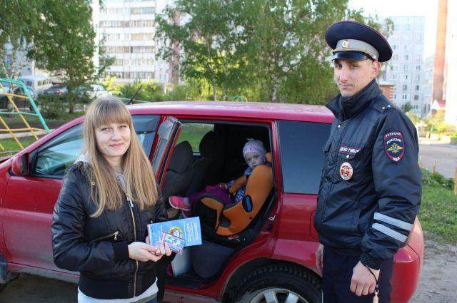 Сотрудники ГИБДД напомнили правила перевозки детей.