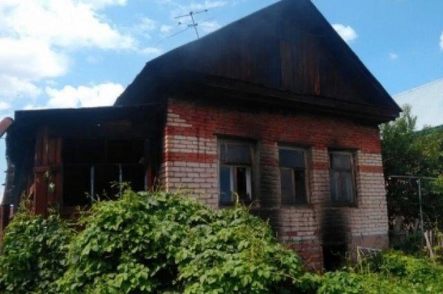 В Бузулуке пожарные спасли из горящего дома мужчину и женщину