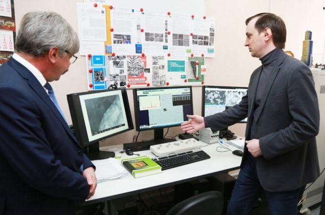 Учёные ВолгГТУ проводят исследования с помощью двухлучевого электронного сканирующего микроскопа «Versa 3D».