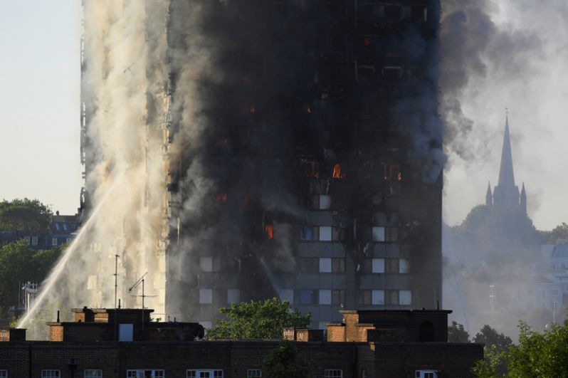 В тушении задействованы около 200 пожарных и 40 единиц техники.