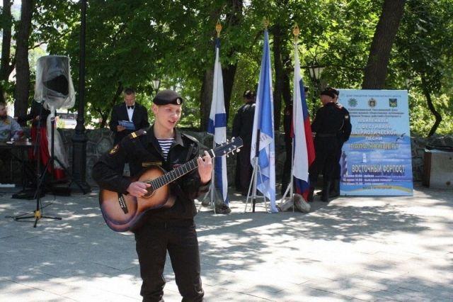 Конкурсанты выступили и в Доме офицеров, и в парке рядом с ним.