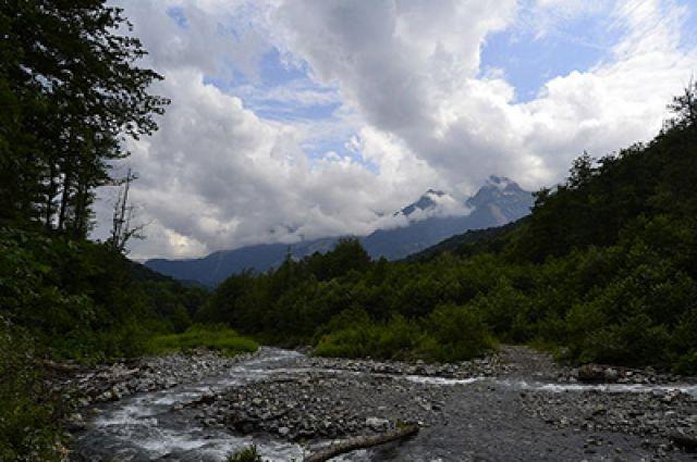 Вгорах Сочи cотрудники экстренных служб разыскали троих заблудившихся туристов