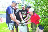 Летом подростков в основном можно увидеть за уборкой улиц или высадкой цветов на городских клумбах.
