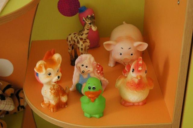 В Надыме осудили мать, избившую ребенка за неубранные игрушки.