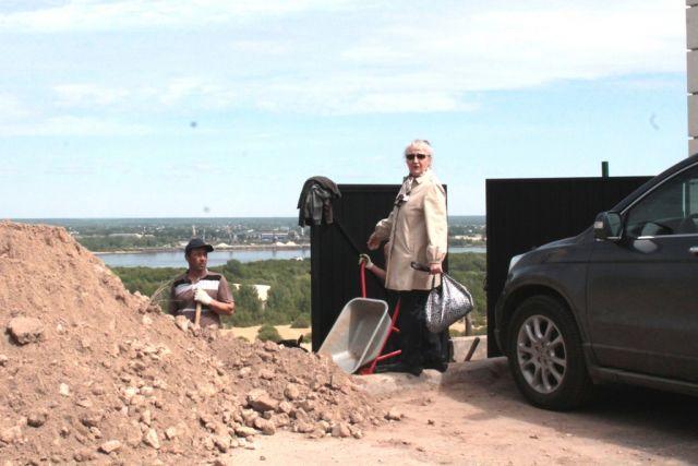 Почему укрепление склона доверили частным лицам?  Валентина Седельникова (на фото) показывает, где когда-то гуляли жители Фруктовой.