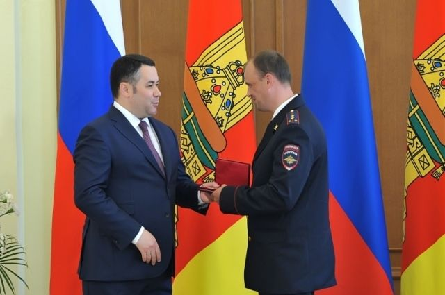 Губернатор Игорь Руденя вручает награду Александру Маслобойщикову.