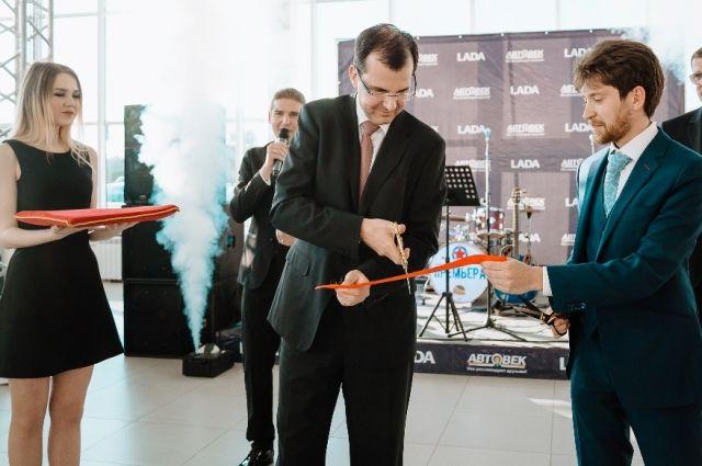На открытие автосалона приехал исполнительный вице-президент по продажам и маркетингу ПАО «Автоваз» Ян Птачек (на фото в центре).
