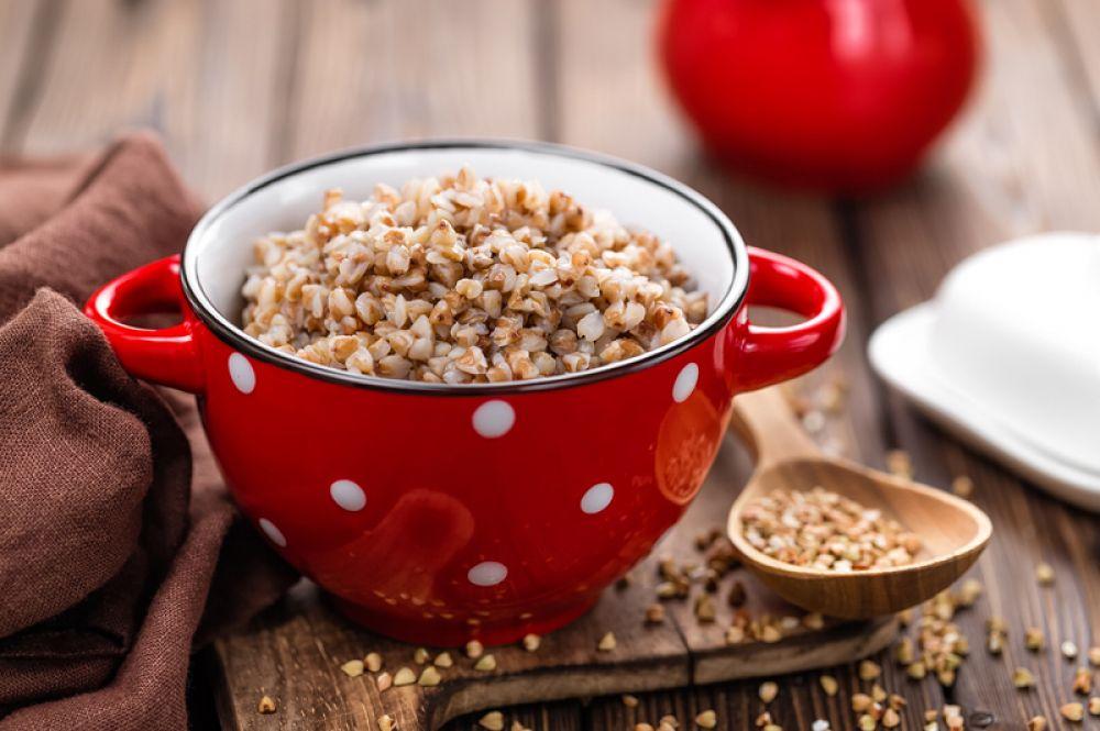 Гречка. Белок (эта крупа превосходит все зерновые по его содержанию), высокое содержание фолиевой кислоты, благодаря чему гречка стимулирует кроветворение, витамины группы B, кальций, железо – вот почему гречневая крупа просто необходима донору.