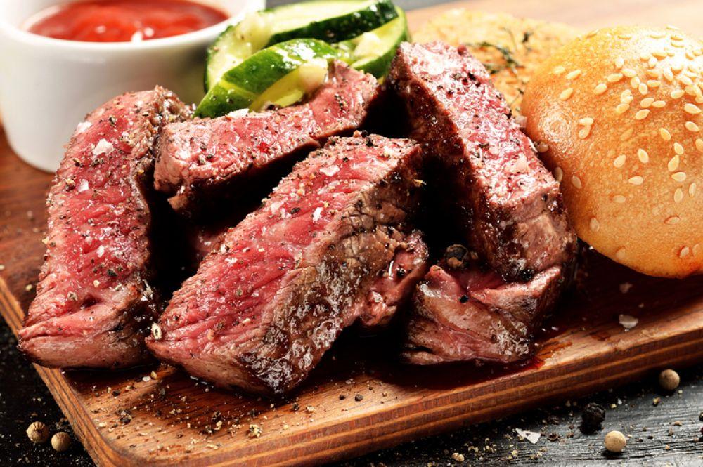 Говядина и субпродукты. Особенно рекомендуется печень. Главное – не есть ее много, так как большое количество мяса вредно при большой потере крови. Печень – не только хороший источник белка, она еще содержит массу полезных веществ: железо, медь, кальций, цинк, натрий; витаминов (А и В) и аминокислот (триптофан, лизин, метионин). Кроме того, печень способствует регенерации гемоглобина.