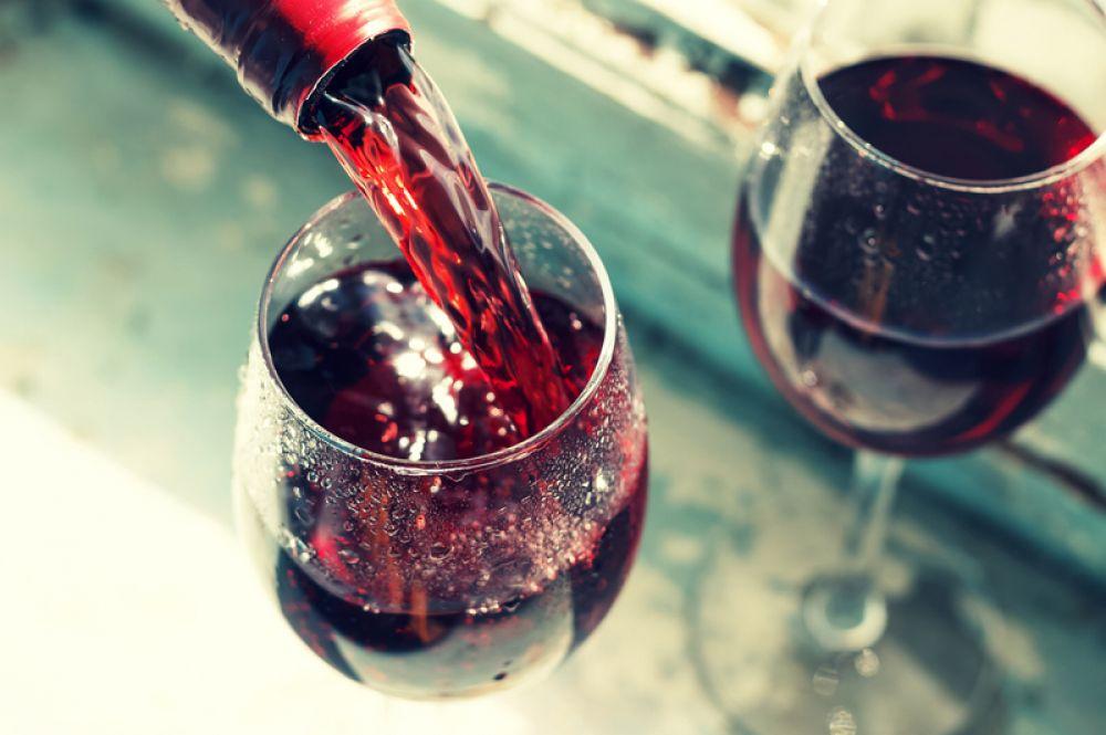 Красное вино. Но только в небольших количествах, не более 150 мл в день. В вине содержатся биофлавоноиды, которые защищают сосуды и улучшают усвоение железа в организме. Поэтому людям, сдавшим кровь, часто рекомендуют выпивать не более бокала в день красного вина, конечно, в том случае, если нет зависимости или каких-то заболеваний, при которых вино противопоказано.