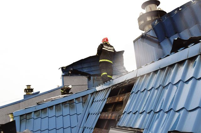 Чтобы подобраться к источнику огня, пожарным пришлось частично разбирать кровлю.