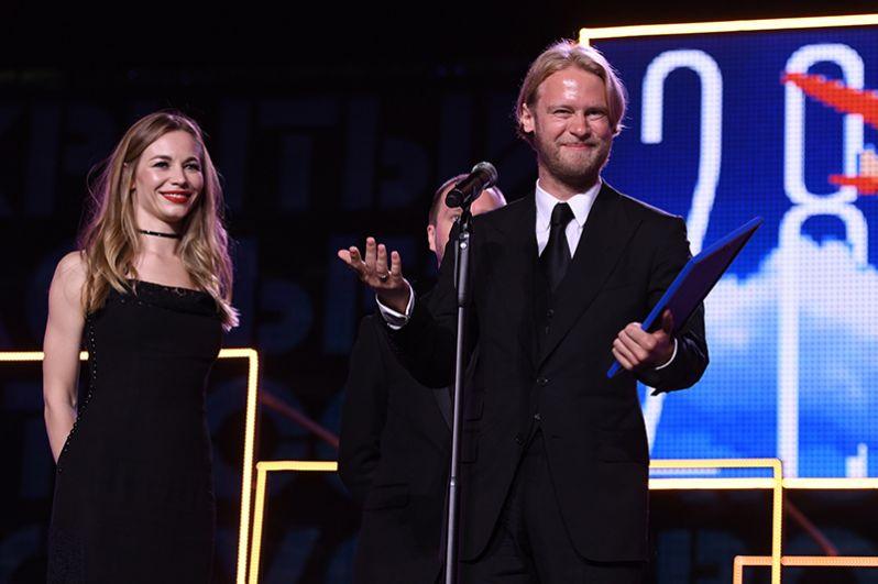 Продюсер Илья Стюарт и актриса Светлана Устинова во время вручения специального диплома жюри «За новый вид жанрового кино».