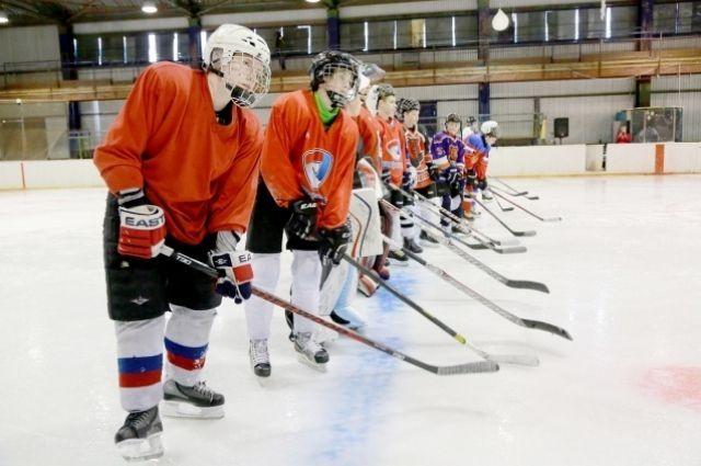 Хоккеем с шайбой на новом корте могут заниматься 220 хоккеистов.