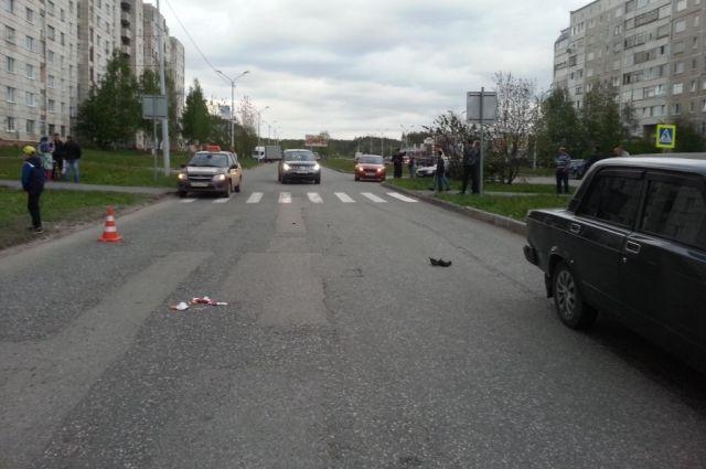 По предварительным данным, водитель превысил скорость,  не смог остановиться перед  пешеходным переходом.