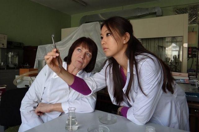 Сначала кемеровские ученые просто пытались улучшить обычные контактные линзы, сделать их мягче. А в результате изобрели лечебные.