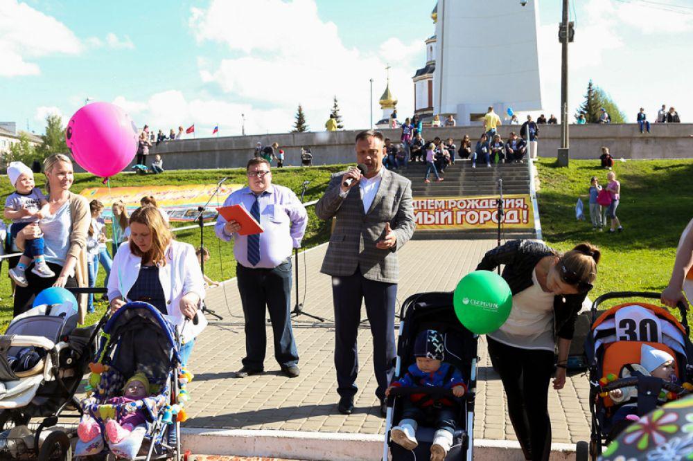 Кировские мамы продемонстировали самые необычные способы украсить свои коляски с малышами.