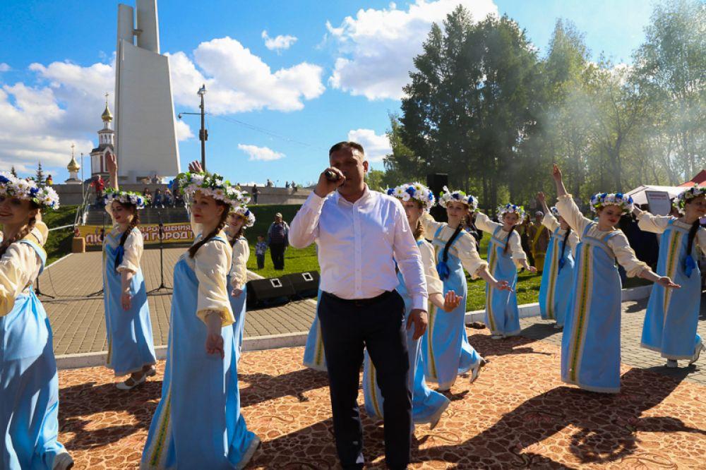 организовали праздничный концерт. В программе - любимые песни прошлых лет. Одну из них, кстати, под аплодисменты исполнил депутат Гордумы Дмитрий Никулин, что стало отличным завершением праздника.