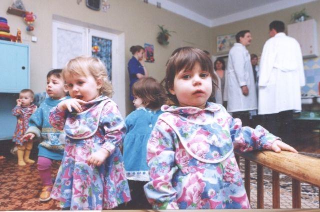 Сейчас ситуация в домах ребёнка улучшилась, а в 1990-е годы приходилось собирать вещи для детей по сердобольным людям.