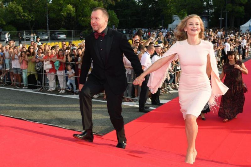 Актриса Юлия Пересильд, входившая в состав основного жюри, вместе с Евгением Мироновым - тоже блеснула «крылышками».