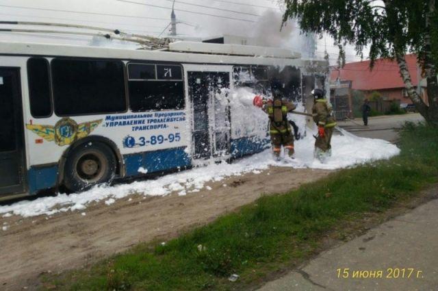 Появились фото полыхающего троллейбуса спассжаирами вКоврове