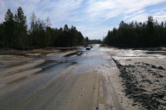 В Надыме вода больше не препятствует движению автотранспорта.