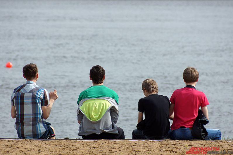 Пляж был заполнен, в основном, подростками, у которых начались летние каникулы.