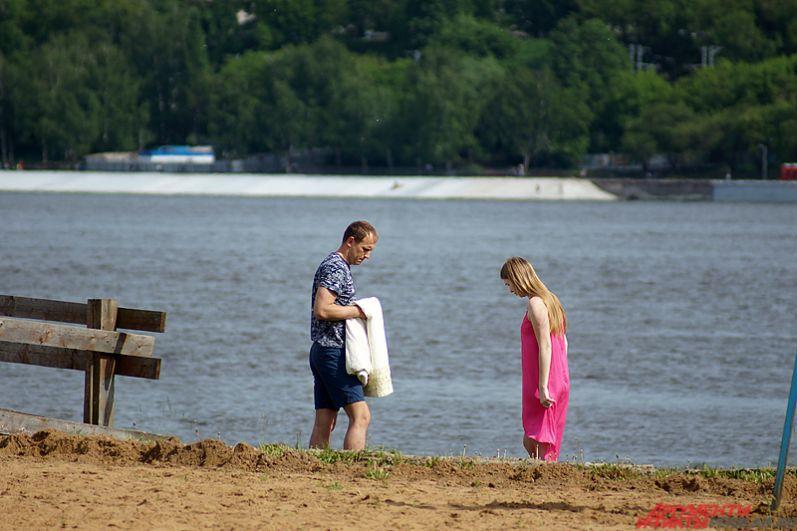 Но в день официального открытия пляжного сезона – 15 июня – в городе было солнечно и тепло. Ближе к полудню на пляже можно было увидеть около 100 человек.