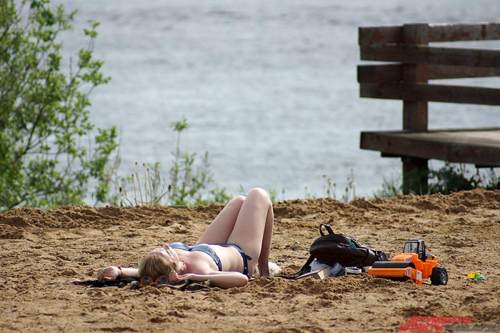 Пермяки загорали, благо свободного места на песке было предостаточно.