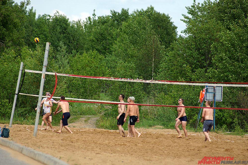 Чуть подальше находятся зоны для пляжного волейбола. Поиграть может любой желающий.