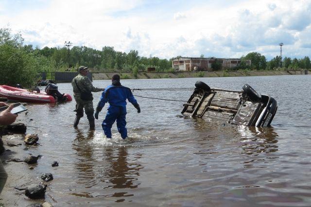 Мужчина, женщина и их собака найдены в воде вместе с машиной
