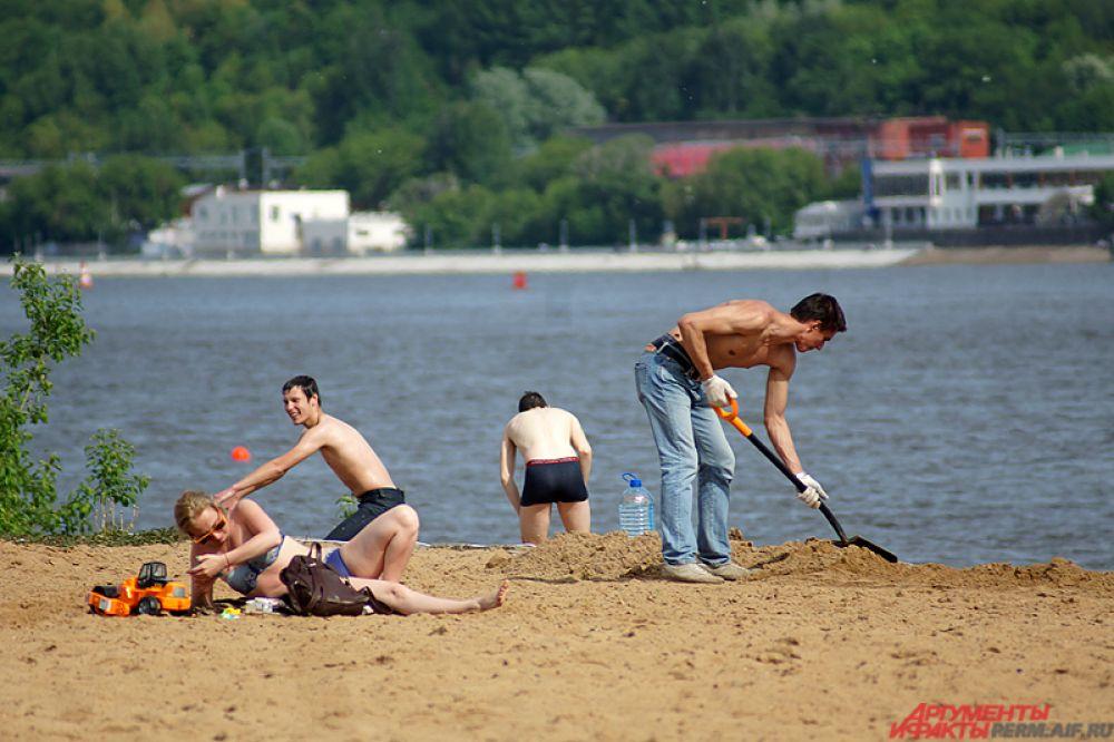 Другие наслаждались летним солнечным днём. Синоптики прогнозируют до конца июля дожди и переменную облачность.