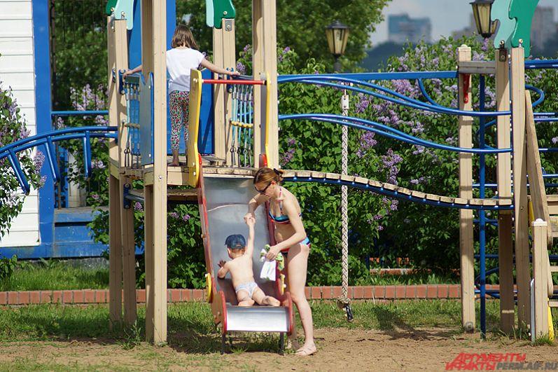 На городском пляже работает детская площадка, оборудованная горками для маленьких пермяков. Прекрасное место, улыбались молодые мамы.