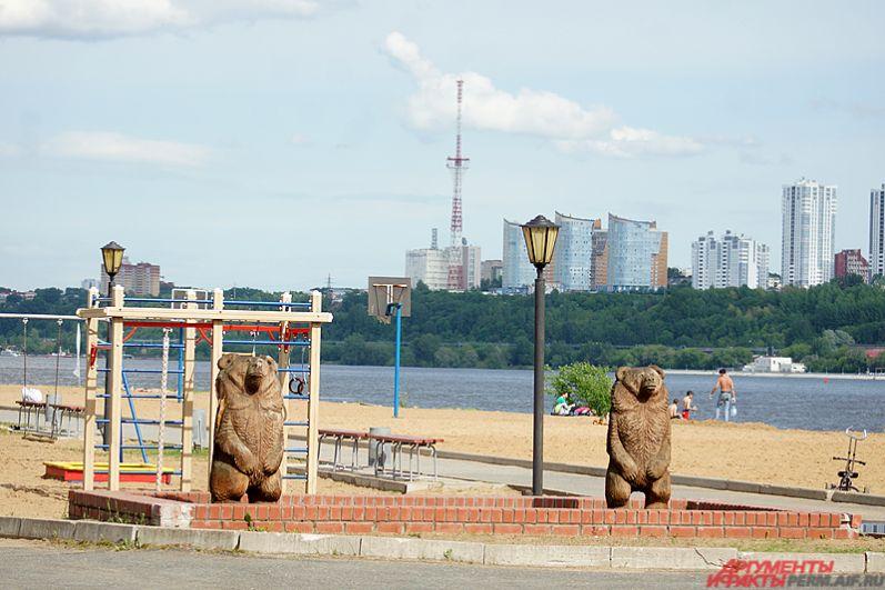 Лето в Пермь приходит с неохотой и крайне медленно. Дожди, грозы, сильный ветер – типичная погода для июня. Из-за этого пустует и городской пляж на Каме.