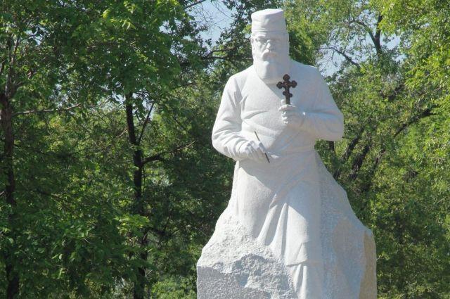 Монумент появился у здания медицинской академии.