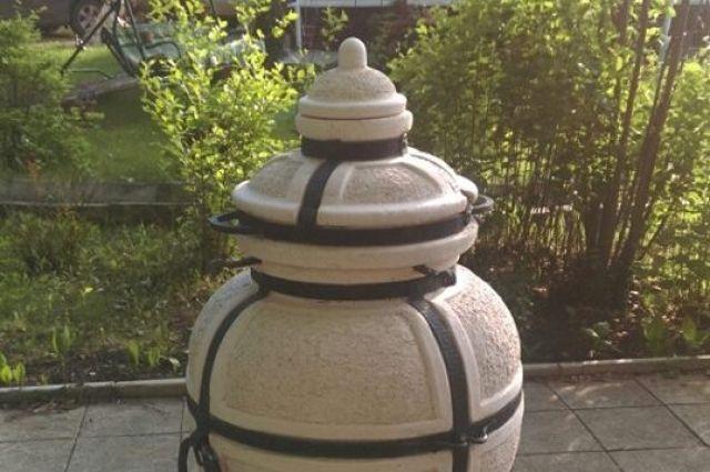 Керамический тандыр похож на большую вазу с крышкой.