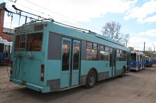 Троллейбус перестал ходить из-за ремонта на теплосети.