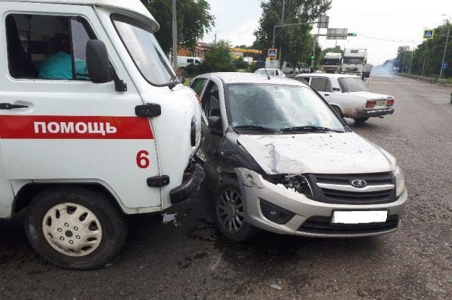 ВНевинномысске столкнулись легковушка икарета скорой помощи